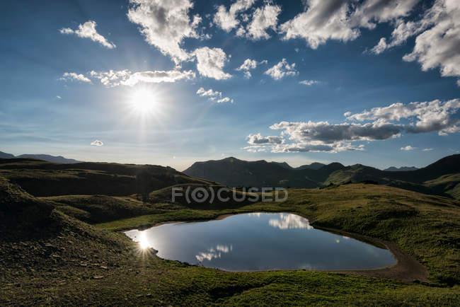 Lago alpino com céu azul refletido — Fotografia de Stock