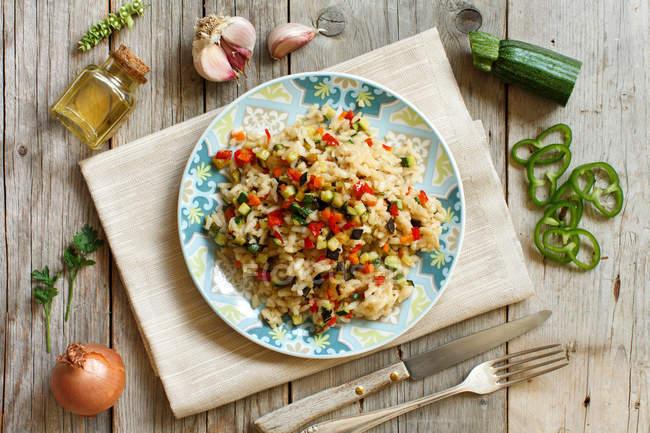 Risotto mit Gemüse auf einem Holztisch — Stockfoto