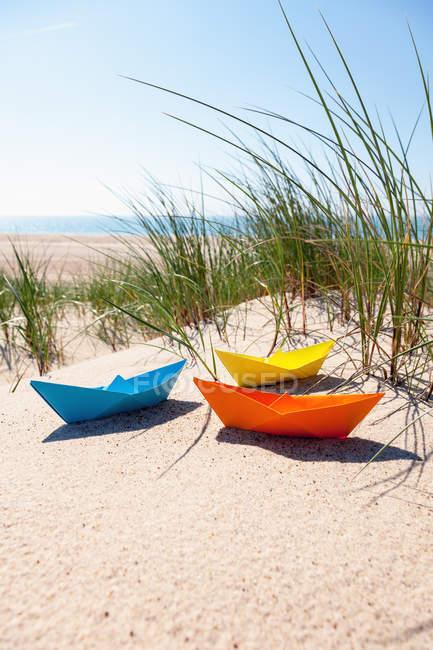 Barcos de papel colorido à beira-mar — Fotografia de Stock