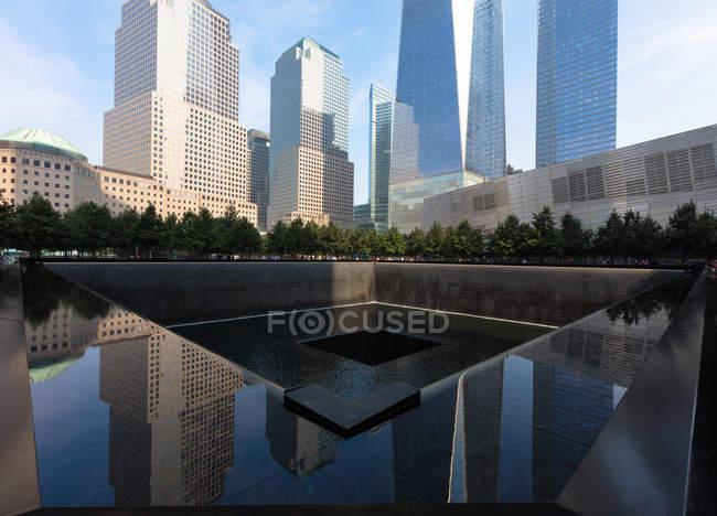 Vista di giorno del National September 11 memorial e Museo a Manhattan, New York — Foto stock