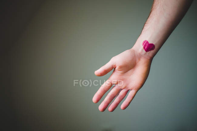 Cropped image de main de la personne avec signe de coeur peint — Photo de stock