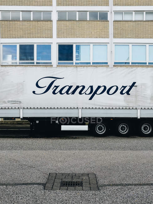 Camion avec transport étiquetage en face de l'immeuble — Photo de stock
