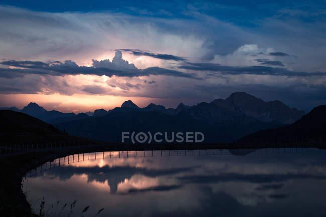Горный пейзаж с озером — стоковое фото