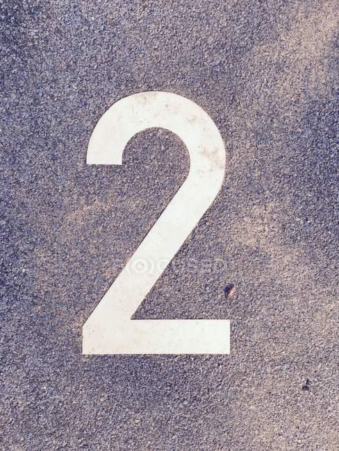 Номер два знака на бетонные поверхности — стоковое фото