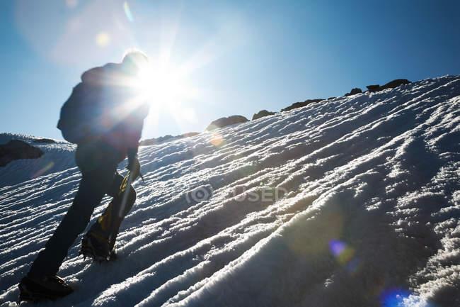 Cresta nevosa arrampicata scalatore di montagna — Foto stock