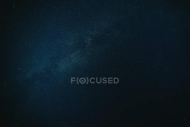 Ciel bleu nuit noire avec la voie lactée — Photo de stock