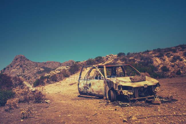 Спалили автомобіль в пустельний ландшафт — стокове фото