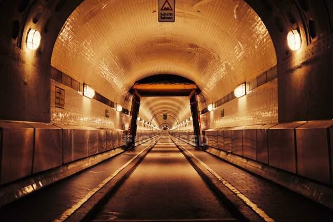 Scena urbana, vista interna tunnel illuminato con lanerns — Foto stock