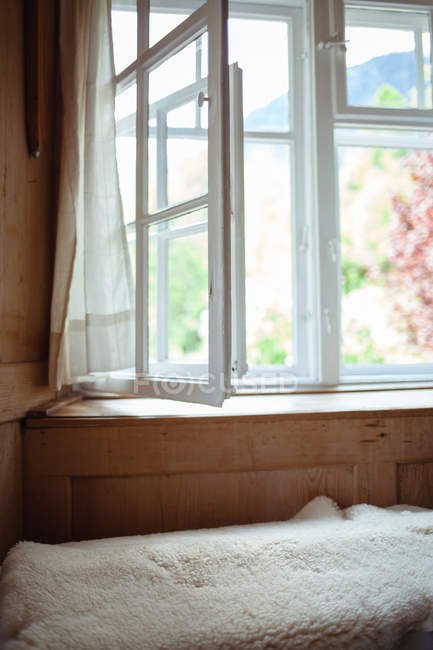 Пустая комната в доме с открытом окном — стоковое фото