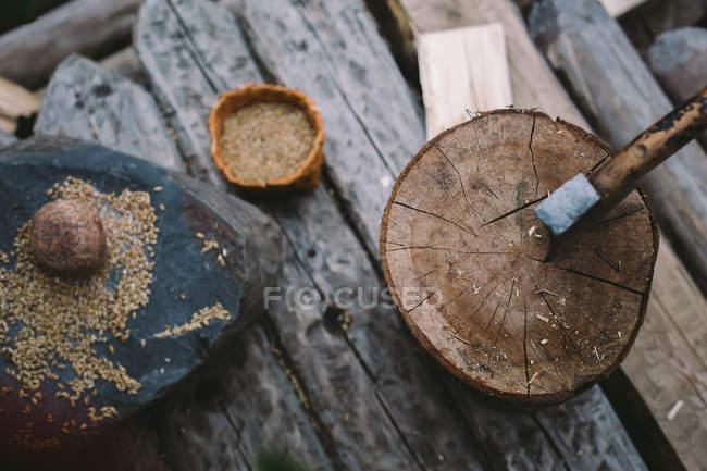Strumento di ax nel ceppo di legno, vista dall'alto — Foto stock