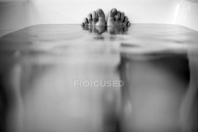 Vasca Da Bagno Vista : Vista del primo piano dei piedi di persona nella vasca da bagno