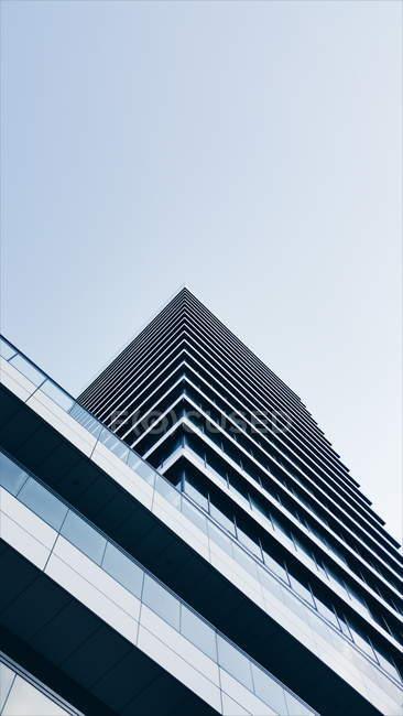 Façades de la vue de dessous d'architecture moderne des bâtiments de grande hauteur — Photo de stock