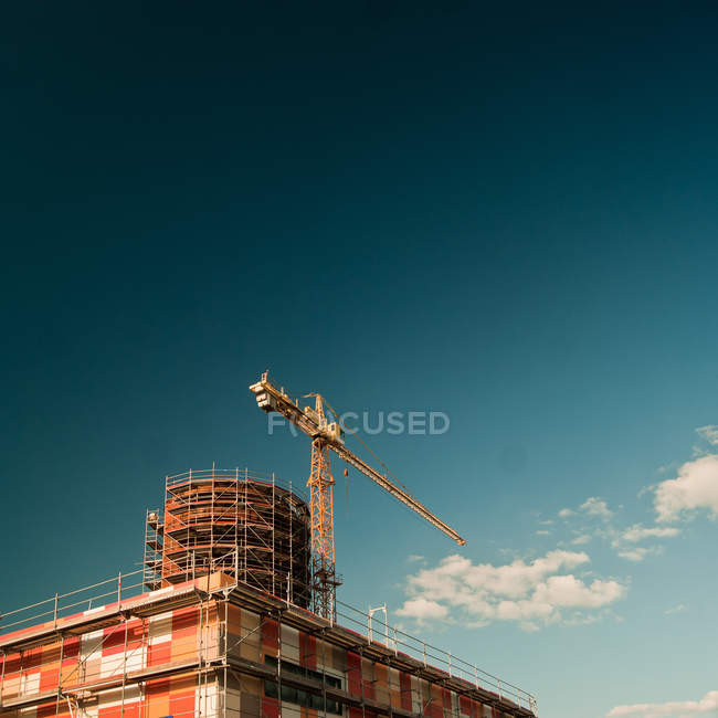 Construction de bâtiments architecture avec échafaudage et grue — Photo de stock