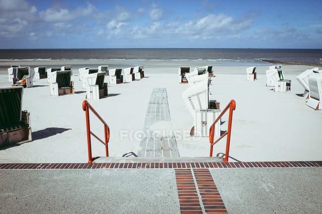 Шезлонги на песчаный берег — стоковое фото