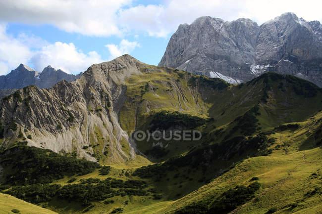Malerische Aussicht felsigen Alpen Berge und grüne Landschaft — Stockfoto