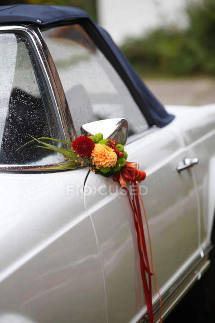 Closeup of retro car details view decorated with flowers bunch — Stock Photo