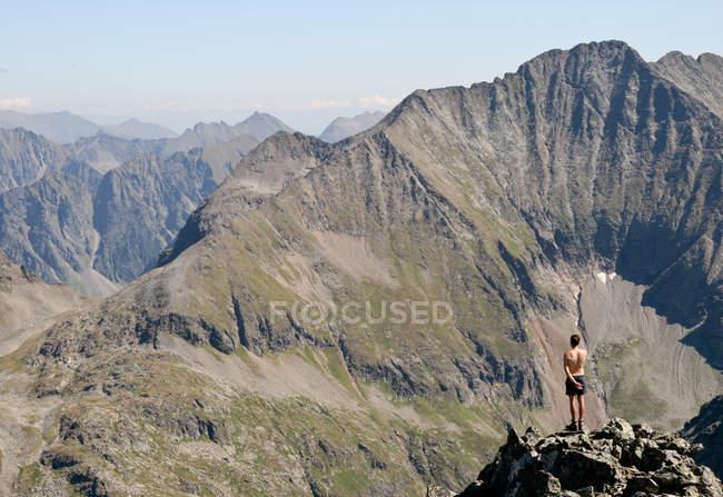 Uomo che gode della bellezza della natura nelle montagne — Foto stock