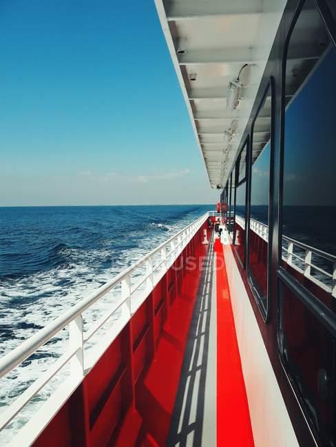 Vue de paysage ensoleillé du côté du pont du bateau ferry — Photo de stock