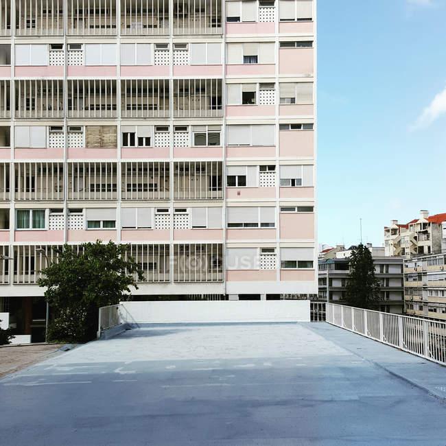 Fachada de edificios de arquitectura, residencial casas con balcones - foto de stock