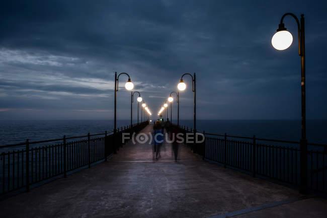 Ponte di mare con le lanterne di illuminazione u la progettazione