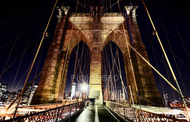 Ponte pênsil em Brooklyn à noite, longa exposição — Fotografia de Stock