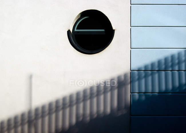 Architecture construction de façade avec fenêtre ronde — Photo de stock