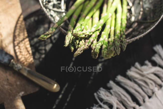 Spargel auf Jahrgang Tisch — Stockfoto