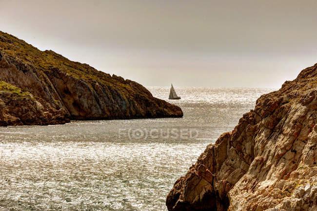 Вітрильник по скелястому узбережжі — стокове фото