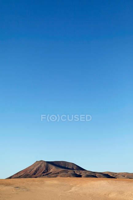 Tagsüber Blick auf den Berg in klaren, blauen Himmel und Wüste — Stockfoto