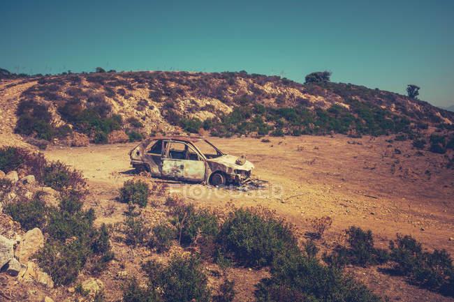 Спалили легкового пустельний ландшафт — стокове фото