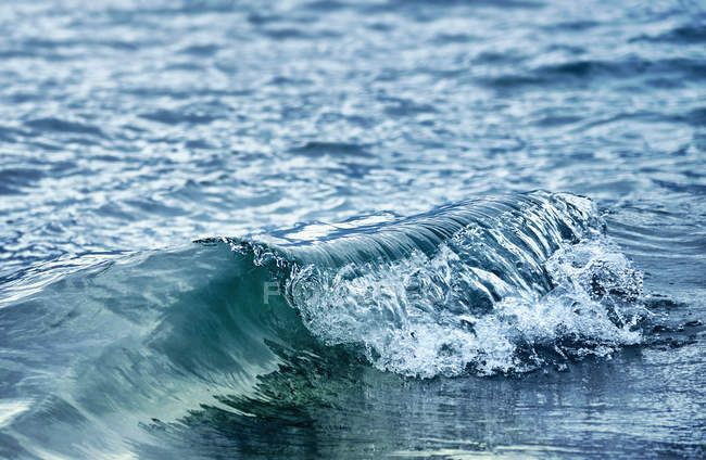 Дневной вид бирюзовые волны на поверхности воды — стоковое фото