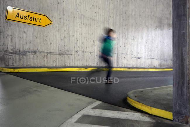 Bewegungsunschärfe Bild des Gehens Kind in der Straße — Stockfoto