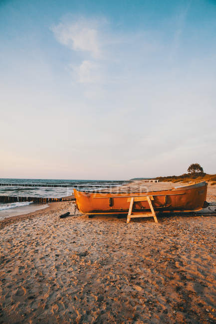 Boat on sandy beach — Stock Photo