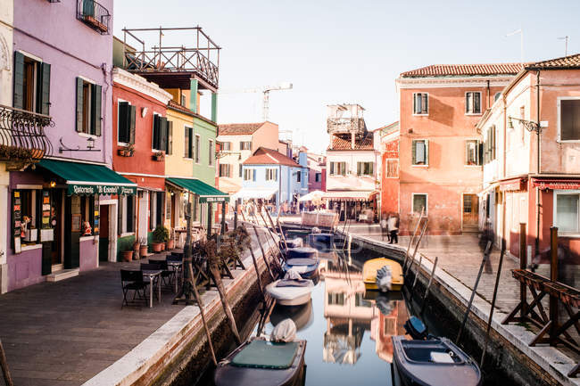 Vue de quartier de Burano avec bâtiments colorés maison au canal avec bateaux, Venise, Italie — Photo de stock