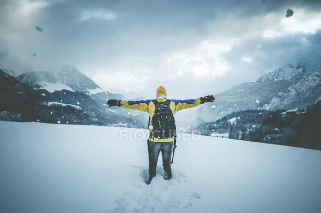 Mann und schneebedeckten Berge Landschaft — Stockfoto