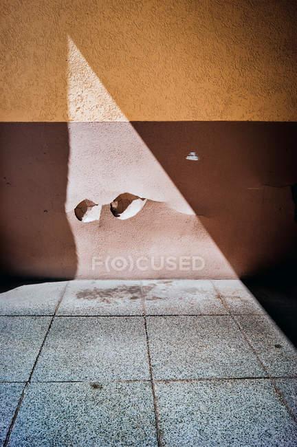 Costruzione esterno, architettura costruzione con parete nociva e ombra — Foto stock