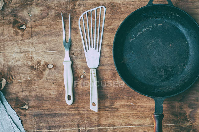 Empty frying pan with kitchen items — Stock Photo