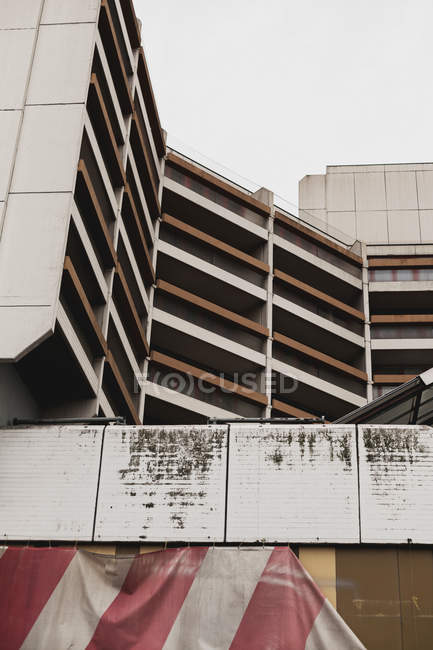 Exterior shot of white building facade, parking lot — Stock Photo