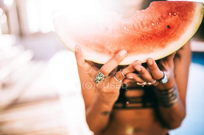 Женщина в бикини, холдинг свежий арбуз — стоковое фото