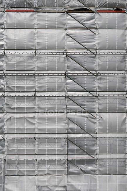 Строительство реконструкция серый текстильное покрытие стен фасада — стоковое фото