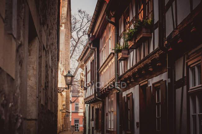 Arquitetura de rua estreitas da cidade velha pequena — Fotografia de Stock