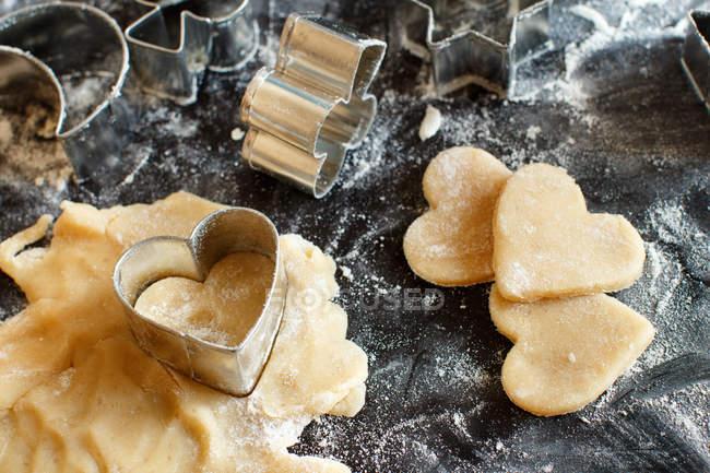 Tagliabiscotti in pasta sul tavolo scuro — Foto stock