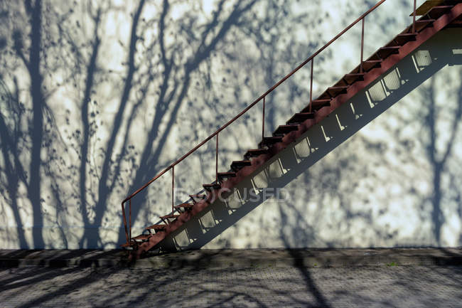 Stairs up the wall with shadow — Stock Photo