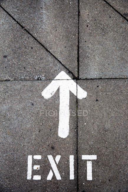 Straße mit Pfeil-Symbol, beenden — Stockfoto
