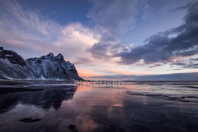Мальовничим видом lakeside зі снігом покриті гірські вершини — стокове фото