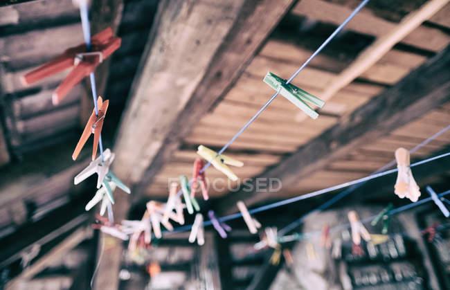 Leere Wäscheleine mit Wäscheklammern auf dem hölzernen Dachboden — Stockfoto