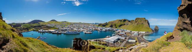 Vue panoramique du village sur l'île de Heimaey en Islande — Photo de stock