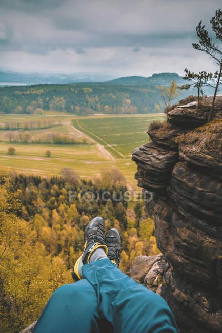 Imagem recortada de pessoa viajante nas montanhas, vista parcial de pés — Fotografia de Stock