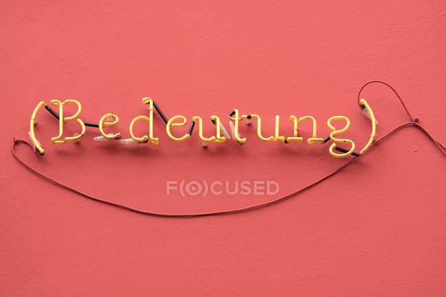 Neon Zeichen Buchstaben auf rotem Grund — Stockfoto