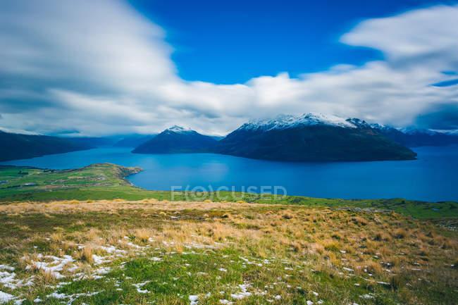 Мальовничий вид на озеро і сніг покриті гірські вершини Нової Зеландії — стокове фото